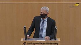 Patrick Rapp am Rednerpult im Plenarsaal