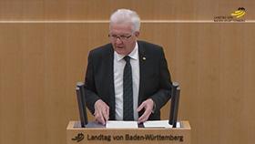 Ministerpräsident Kretschmann am Rednerpult im Plenarsaal