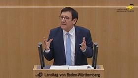 Wolfgang Reinhart am Rednerpult im Plenarsaal